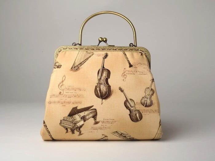 poseta-clutch-cu-imprimeu-retro-jazz-pe-fond-crem-auriu379