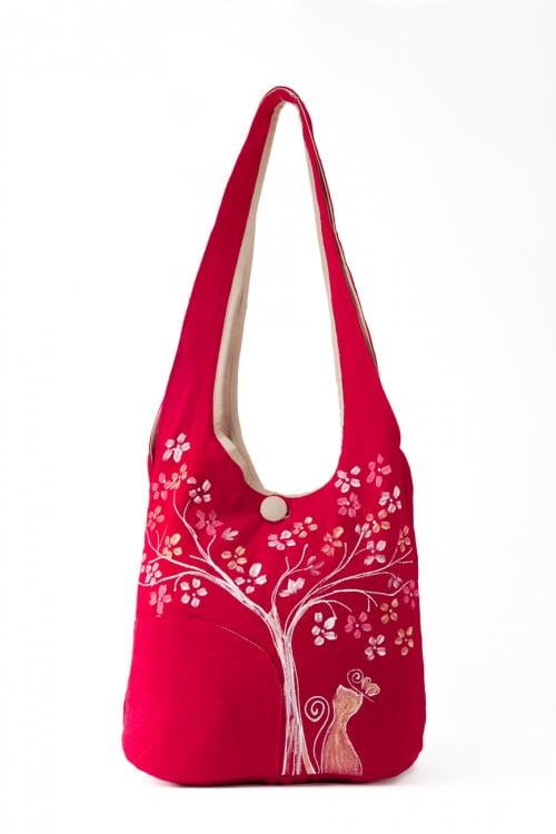 geanta pictata manual cu flori si pisic pe textil rosu