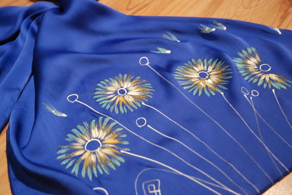 esarfa flori crizanteme pictata manual pe textil rosu