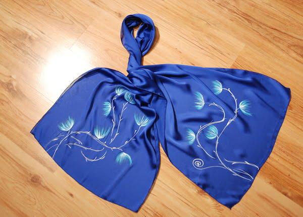 esarfa albastra cu flori pictate manual