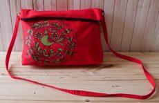 geanta pictata manual pe rosu cu cocosul de la horezu