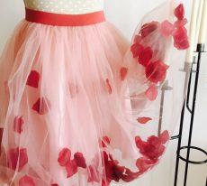 fusta tutu handmade dama din tull roz cu petale flori rosii