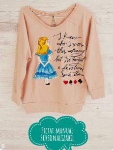 bluza roz prafuit pictata manual cu alice in tara minunilor